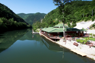 letní terasa restaurace DOM u řeky