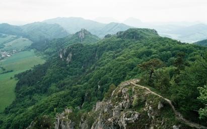 hřeben od Súlovského hradu k ústí Súlovské tiesňavy-vlevo obec Súlov